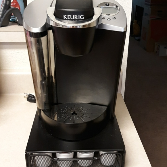 Keurig coffee maker with pod organizer base